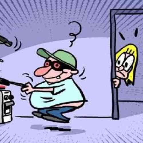 Se despierta y encuentra a un ladrón cocinando