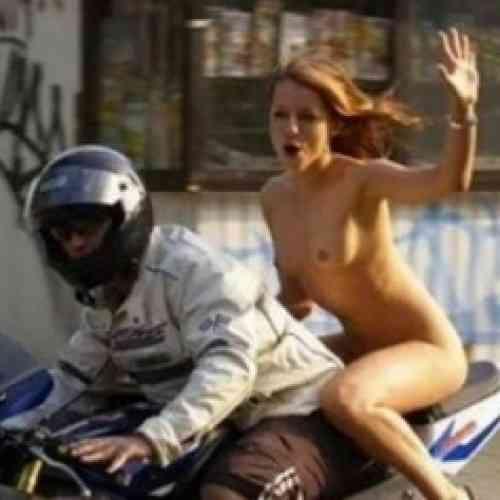 Iba desnuda en moto, y la multan por no llevar casco
