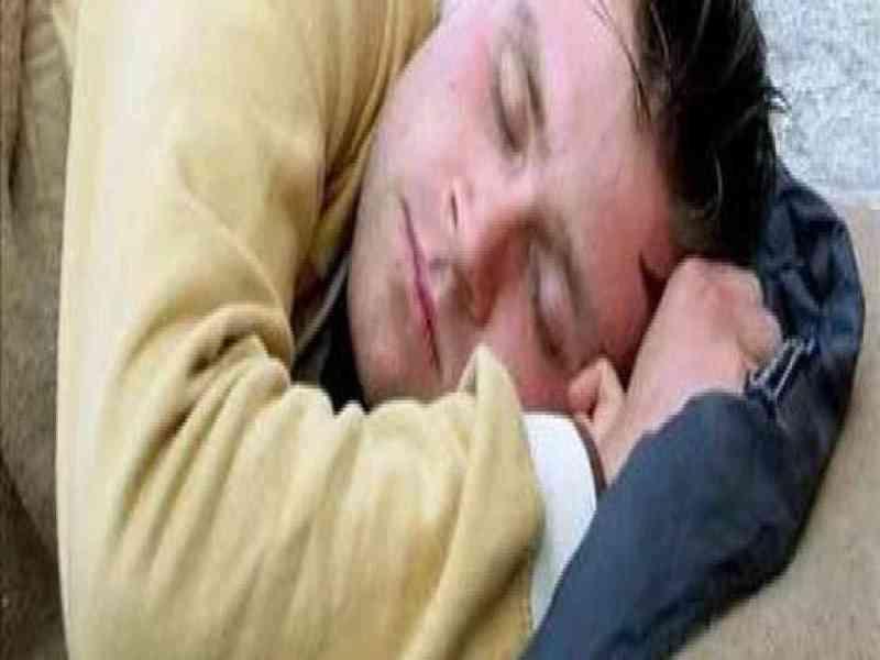 Se quedó dormido mientras robaba en la casa de una anciana