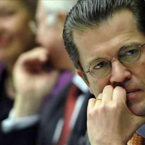 Dimite el ministro alemán de Defensa por haber plagiado su tesis doctoral