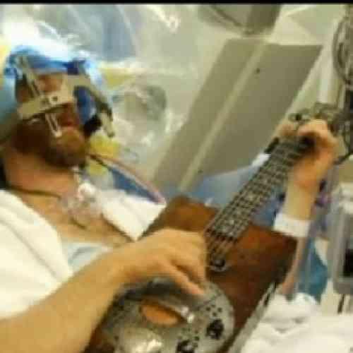 El músico que toca la guitarra mientras le operan el cerebro