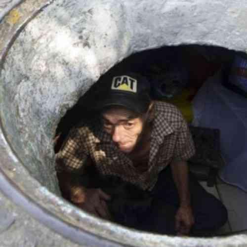 Un chino vive durante 20 años en una alcantarilla para pagar la educación de sus hijos