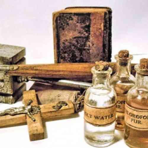 Subastan estacas de madera, ajo y agua bendita