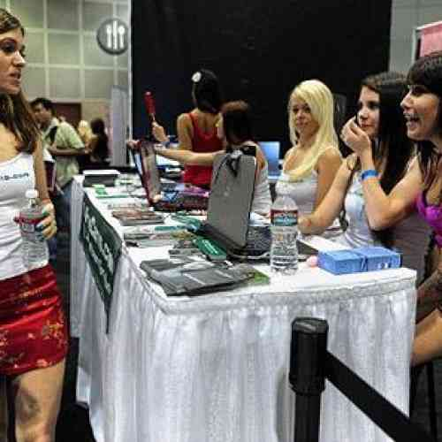 Fingia tener agencia para conseguir fotos de modelos desnudas
