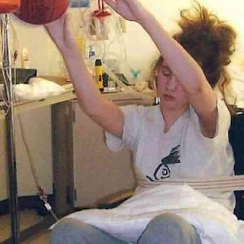 Una joven jugaba al baloncesto estando en coma