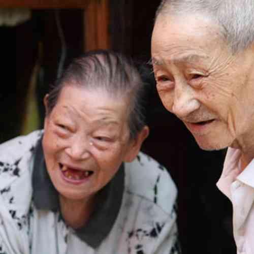 Ley china castigará a hijos que no visiten a sus padres ancianos