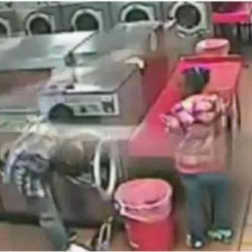 Niño de dos años permanece varios minutos en una lavadora en marcha