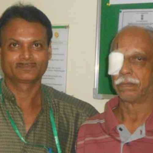 Extirpan un gusano del ojo de un hombre de la India