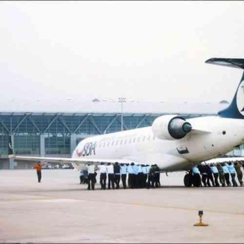 Un avión tuvo que ser empujado por los pasajeros en China