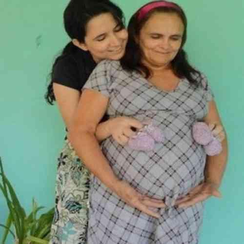 Una brasileña da a luz a sus nietas gemelas con 51 años