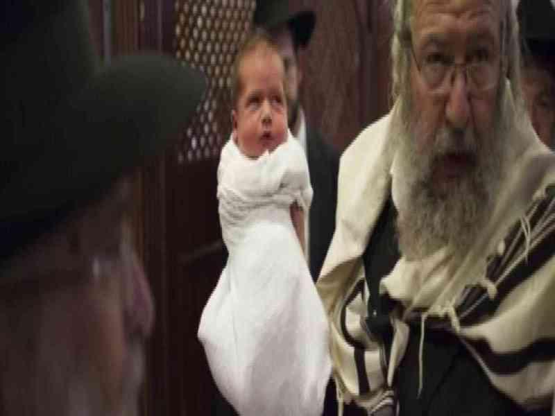 Los rabinos podrán chupar el pene a los bebés tras circuncidarlos en Nueva York