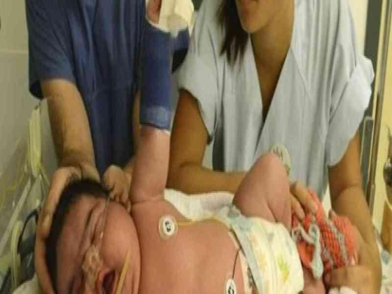 Nace un bebé gigante de parto natural