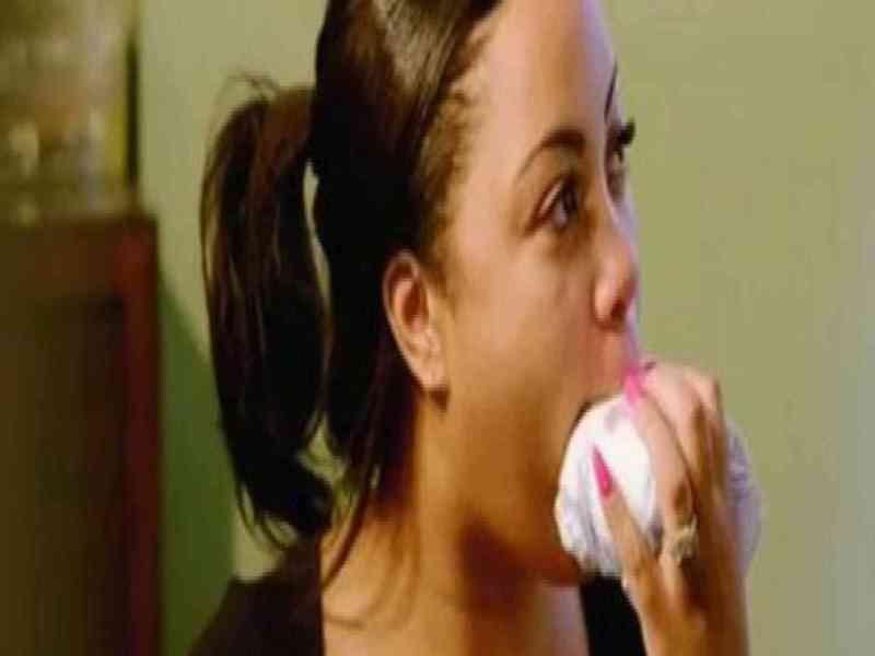 Una joven se declara adicta a masticar y oler pañales empapados en orina