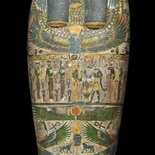 Descubren un insólito tatuaje de un arcángel en el muslo de una milenaria momia egipcia